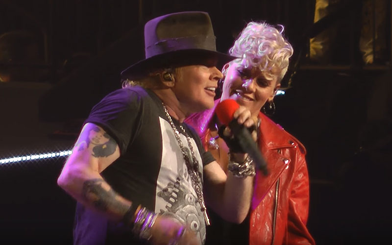 Guns N 39 Roses Perform Patience With Pink At Madison Square Garden Ghost Cult Magazine
